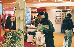 日本の音楽を紹介するCD試聴器